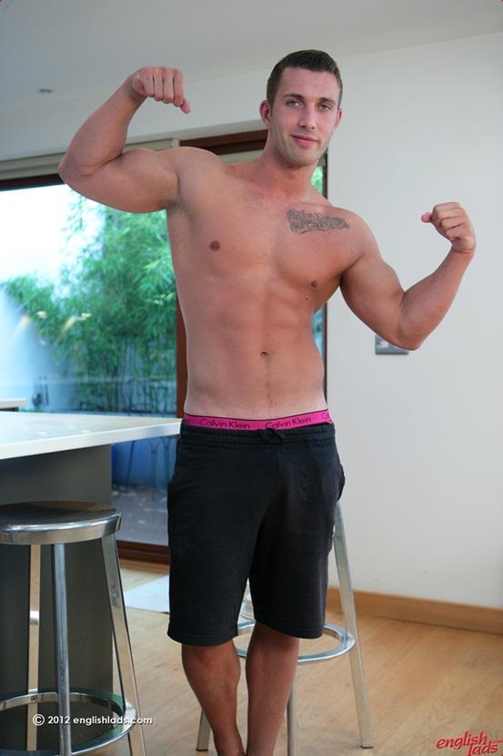 Ravno osebni trener James Branson - visoki mišičasti porjavi moški-2849